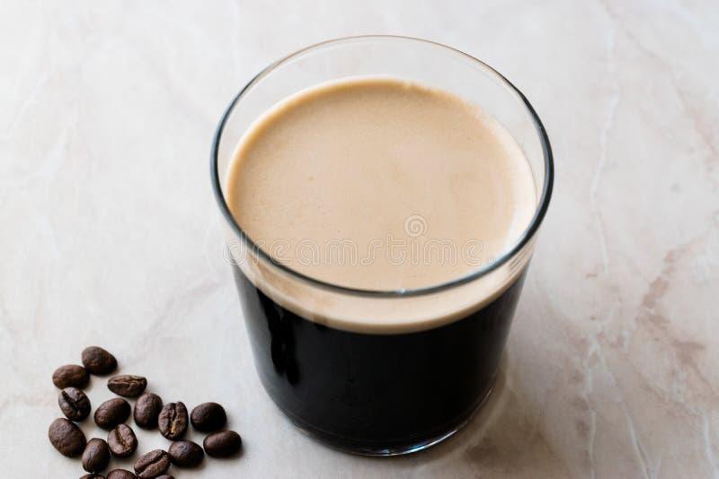 Le froid écumeux préparent le café nitro avec des haricots prêts à boire image stock