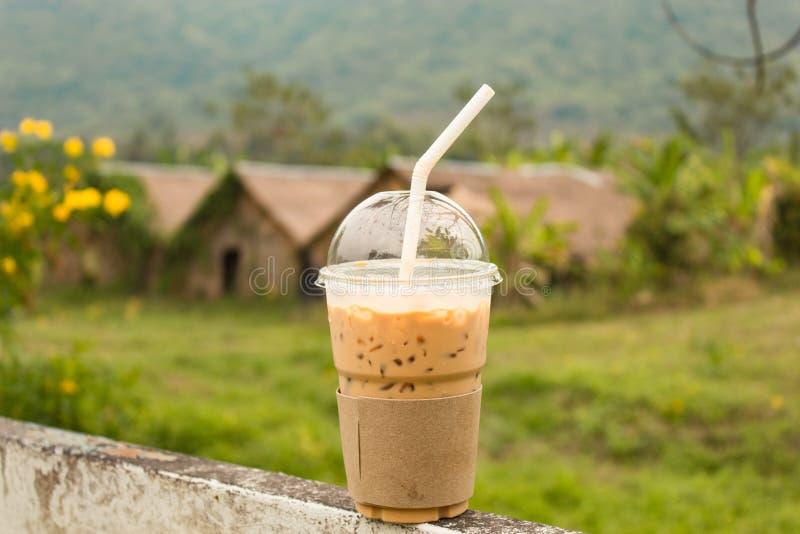 Le froid a brassé des goûts de café bons dans le temps libre occasionnel image stock