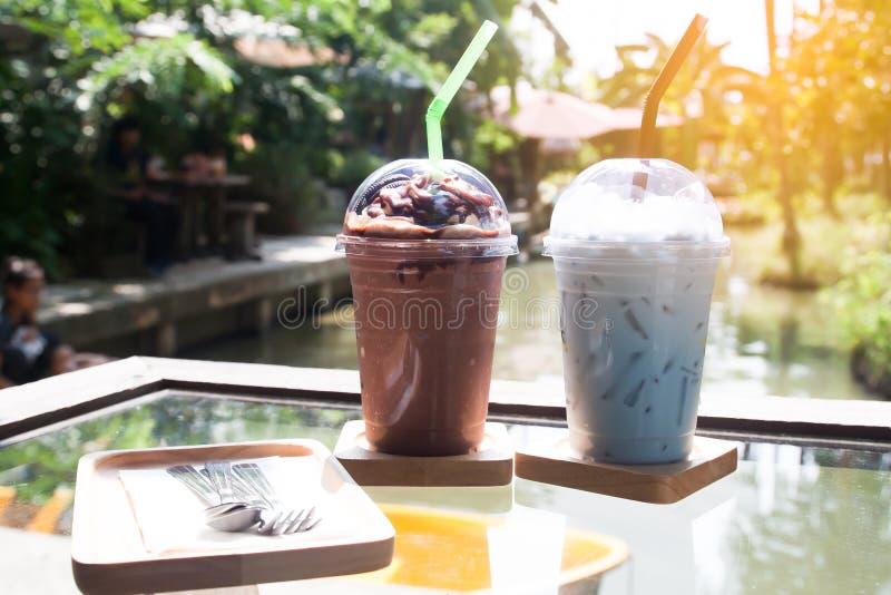 Le froid frais boit sur la table, café extérieur, mode de vie images libres de droits
