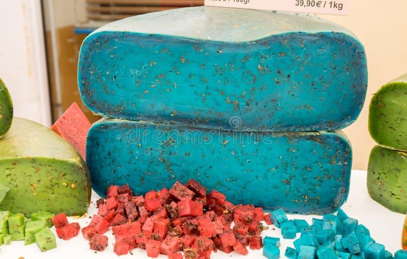 Le fromage bleu de lavande de pesto s'est vendu au marché local de la région de la Provence images libres de droits