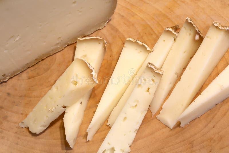 Le fromage d'Asiago a produit dans la région italienne de Vénétie sur un bois image libre de droits
