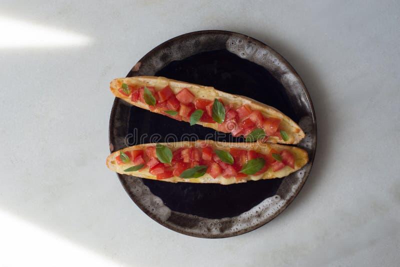 Le fromage de bruschette a coupé le poivre d'huile d'olive de tomates - vue supérieure photos libres de droits