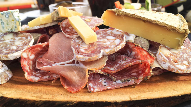 Le fromage, jambon, a traité la viande, saucisse grasse, plat de salami image libre de droits
