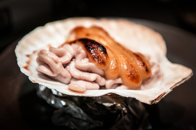 Le fromage Shirako de Yaki de Japonais sur la coquille, Japonais a grillé le spe de poissons images stock