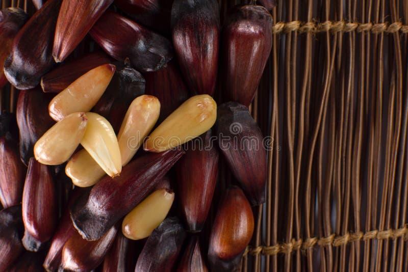 Le fruit brésilien de pignon à l'arrière-plan en bois dans le côté du cadre avec certains a épluché vu d'en haut photos stock