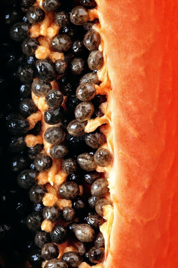 Le fruit de papaye a divisé en deux macro photos libres de droits