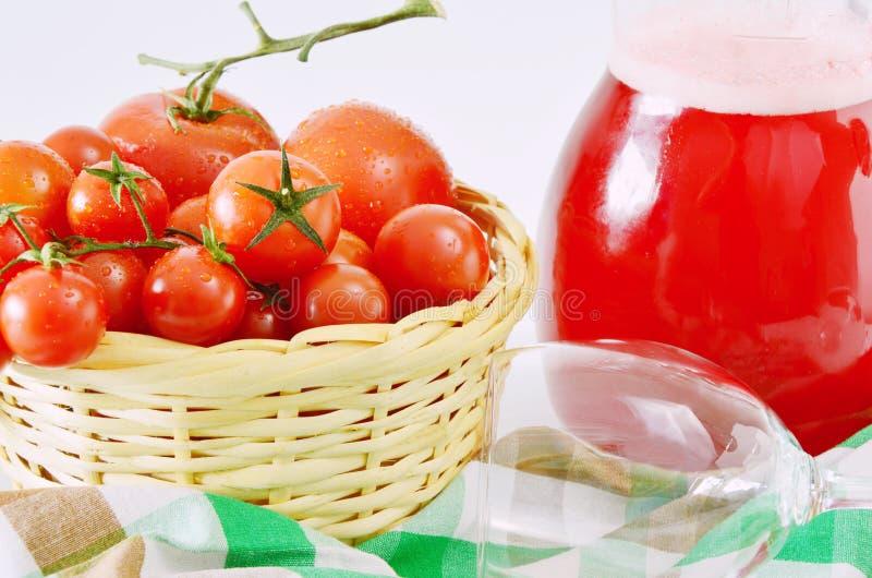 Le fruit frais comparent au jus de fruit photo libre de droits