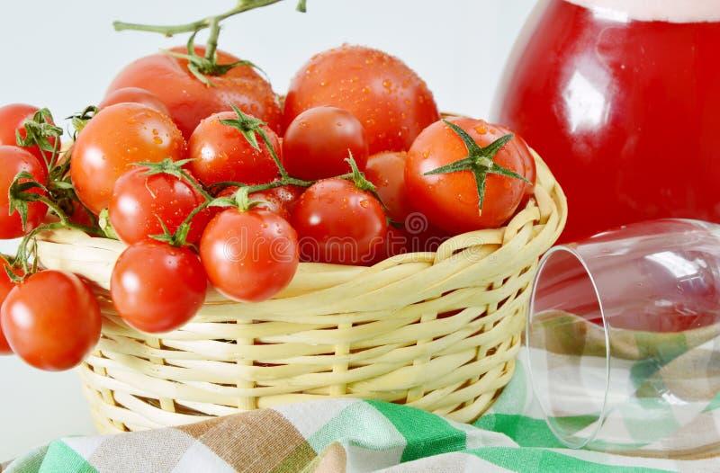 Le fruit frais comparent au jus de fruit photographie stock libre de droits