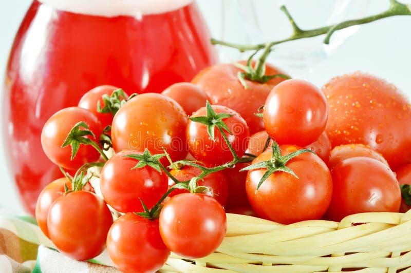 Le fruit frais comparent au jus de fruit photos stock
