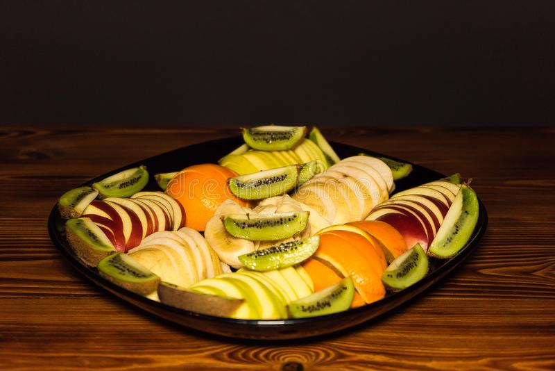 Le fruit frais a découpé en tranches sur une table en bois pour un menu de restaurant photo stock