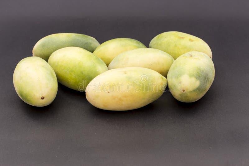 Le fruit latino-américain a appelé le passionfruit de banane (lat Tripartita de passiflore) (dans tumbo d'Espagnol en grande part photo stock