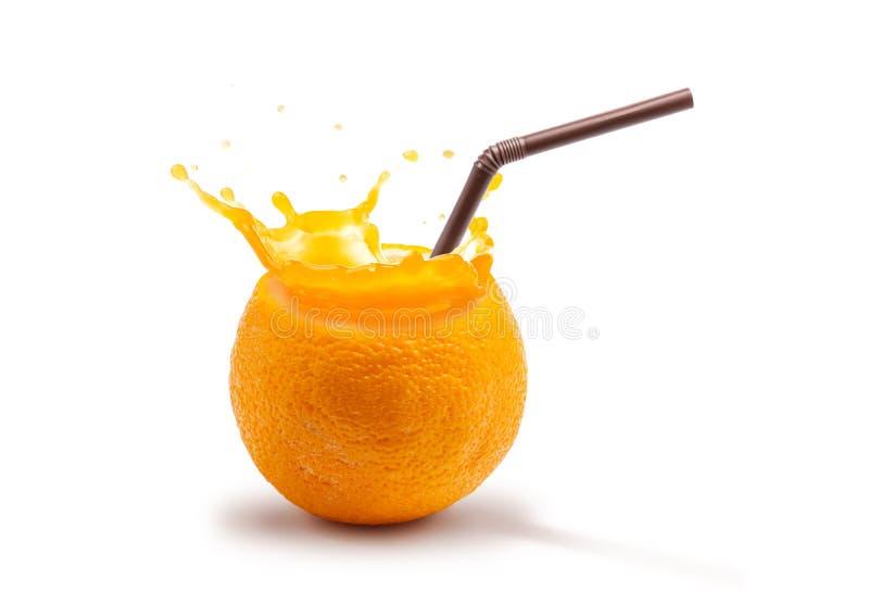 Le fruit orange frais de concept avec l'éclaboussement de jus prêt à boire a isolé sur le fond blanc photo stock