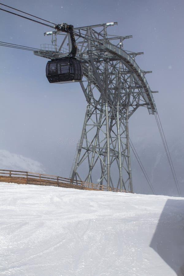 Le funiculaire dans les Alpes photographie stock libre de droits
