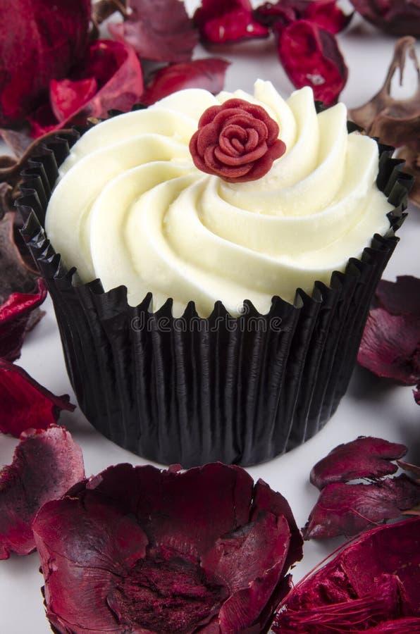 Le gâteau au citron avec un rouge s'est levé photographie stock libre de droits