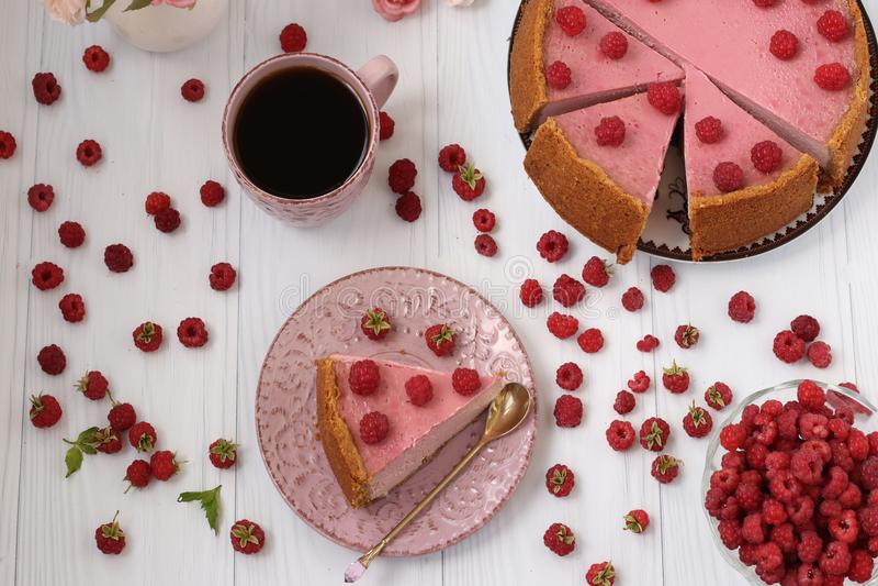 Le gâteau au fromage avec des framboises est situé sur un fond blanc, vue supérieure Morceau de gâteau au fromage d'un plat disti photographie stock