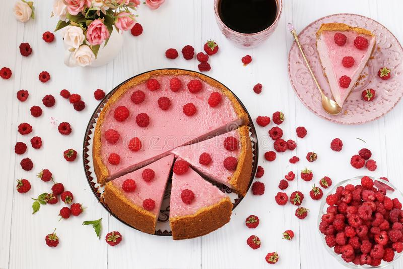 Le gâteau au fromage avec des framboises est situé sur un fond blanc, vue supérieure Morceau de gâteau au fromage d'un plat disti photos libres de droits