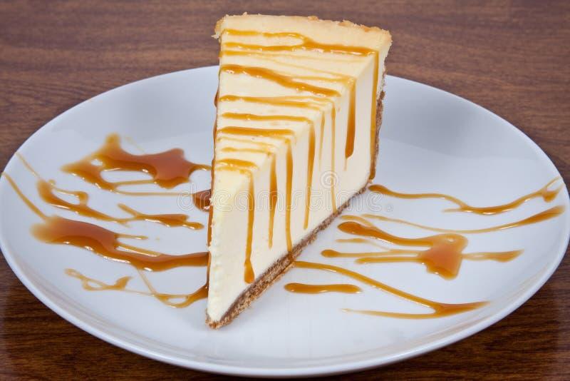 Le gâteau au fromage avec le caramel a bruiné photographie stock libre de droits