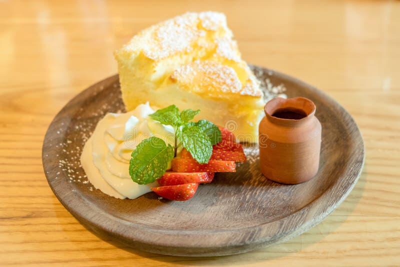 Le gâteau au fromage chaud de style japonais a servi avec la crème fouettée, la fraise fraîche et le sirop de miel images stock