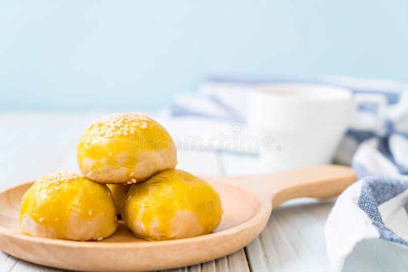 Le gâteau chinois de pâtisserie ou de lune a rempli de pâte et de sel de fèves de mung photos stock
