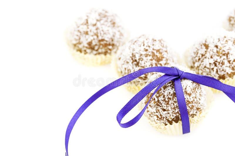 Le gâteau a complété avec des éclailles de noix de coco photographie stock
