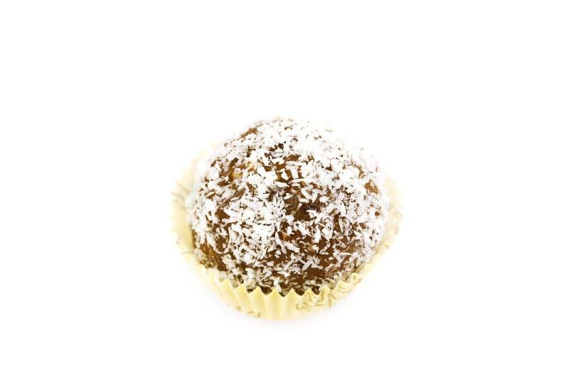 Le gâteau a complété avec des éclailles de noix de coco d'isolement sur le blanc photographie stock libre de droits