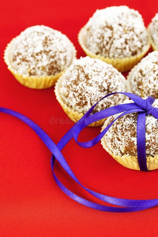 Le gâteau a complété avec la noix de coco photographie stock
