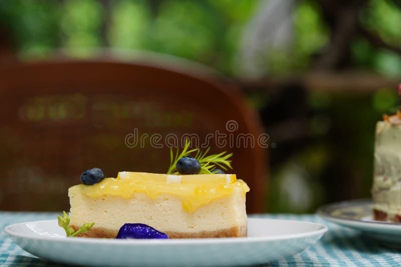 Le gâteau délicieux a admirablement décoré et a servi aux clients photo stock