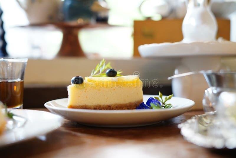 Le gâteau délicieux a admirablement décoré et a servi aux clients image libre de droits