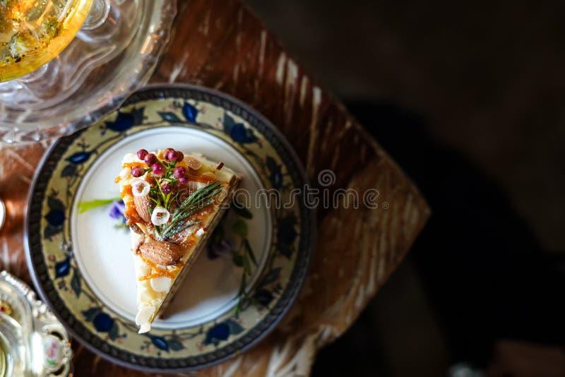Le gâteau délicieux a admirablement décoré et a servi aux clients images libres de droits