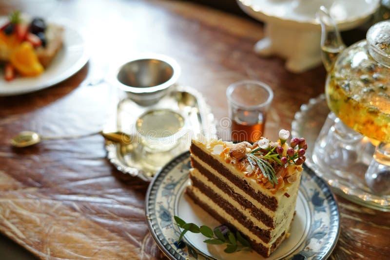 Le gâteau délicieux a admirablement décoré et a servi aux clients image stock