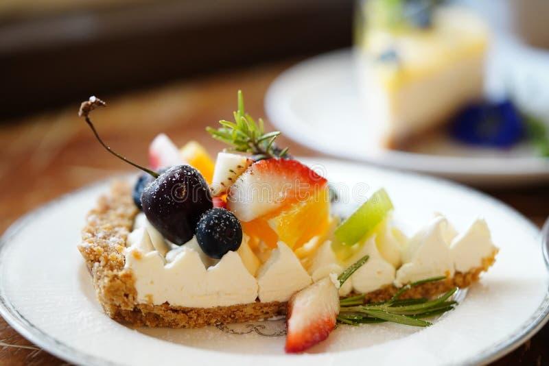 Le gâteau délicieux a admirablement décoré et a servi aux clients photographie stock libre de droits