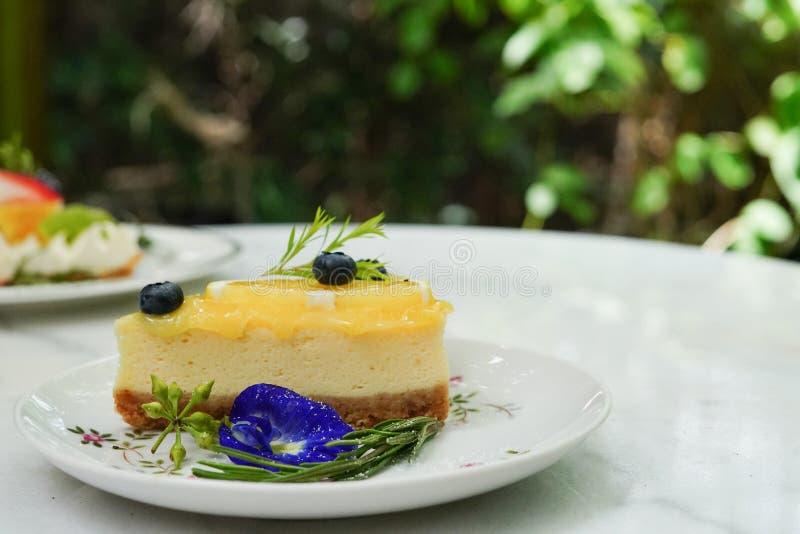Le gâteau délicieux a admirablement décoré et a servi aux clients images stock