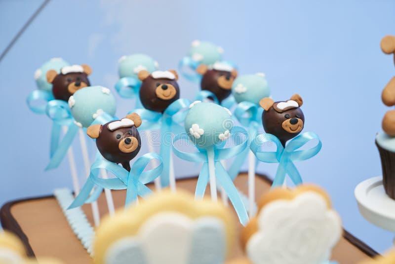 Le gâteau d'ours de chocolat saute pour le jour du ` s de valentine image stock