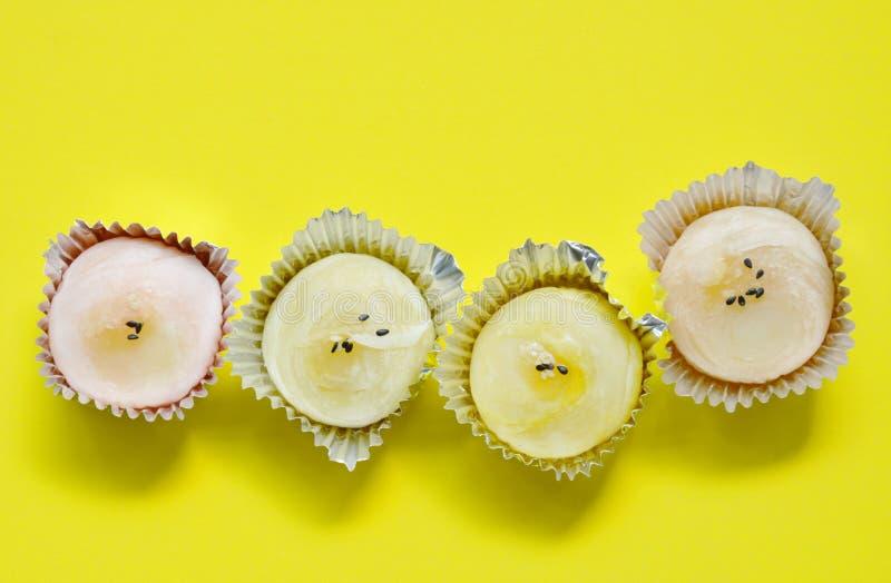 Le gâteau de Chinois rempli a écrasé le haricot doux complétant le sésame noir et blanc dans le plateau en aluminium sur le fond  photos libres de droits