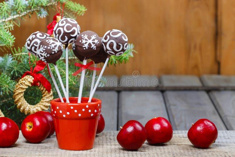 Le gâteau de chocolat saute dans l'arrangement de Noël images stock