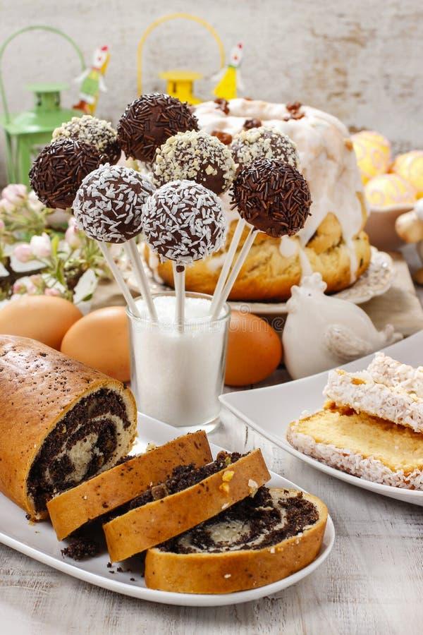 Le gâteau de chocolat saute et le gâteau de clou de girofle sur la table de Pâques image libre de droits