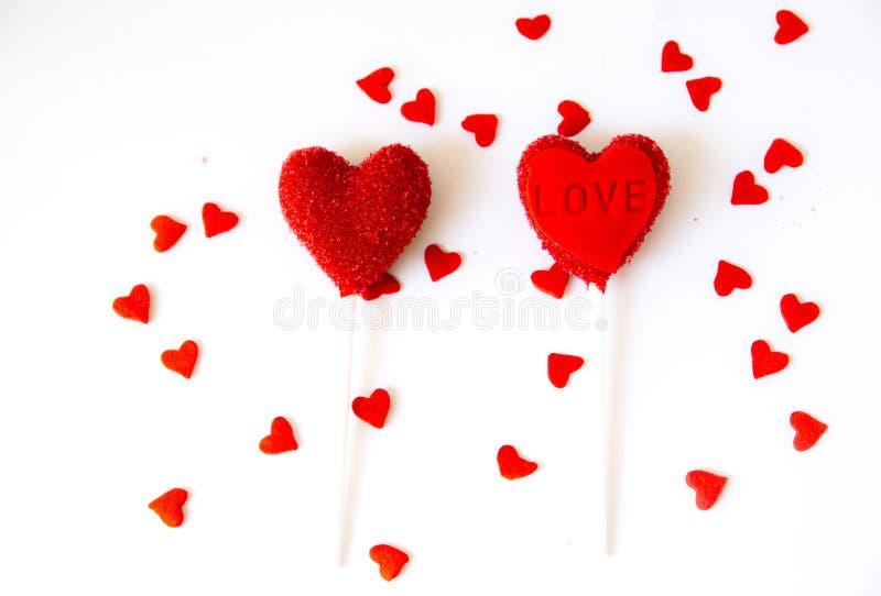 Le gâteau de coeur saute sur le fond blanc Jour de Valentine images stock