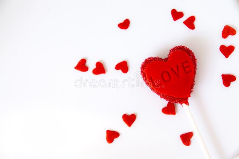 Le gâteau de coeur saute sur le fond blanc Jour de Valentine photos libres de droits