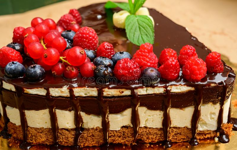 Le gâteau de framboise et beaucoup de framboises fraîches, baies sauvages de forêt dérangent le gâteau avec du chocolat un chocol image stock