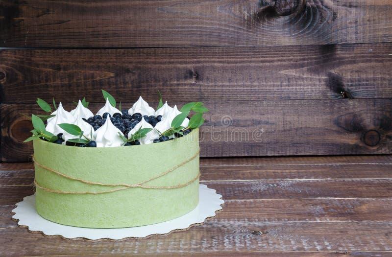 Le gâteau de fruit d'été a roulé dans un biscuit de pistache avec billberry image stock
