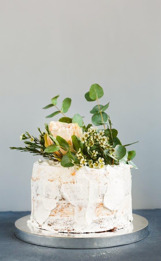 Le gâteau de mariage crémeux blanc avec des roses copient l'espace photo stock
