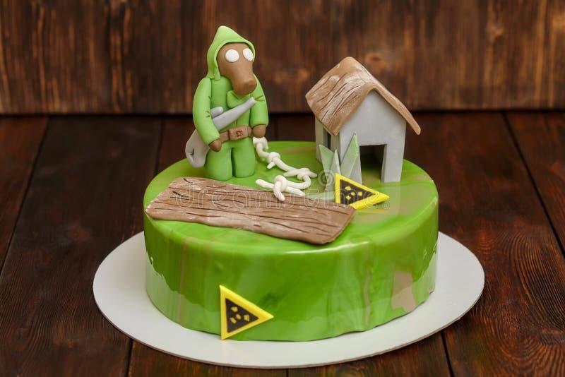 Le gâteau de mousse avec le lustre vert de miroir, décoré du mastic figure image stock