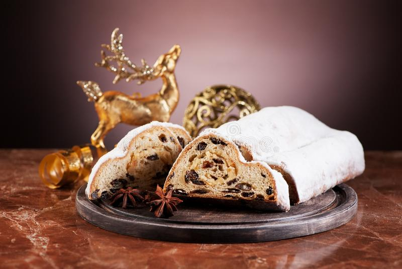 Le gâteau de Noël stollen photographie stock libre de droits