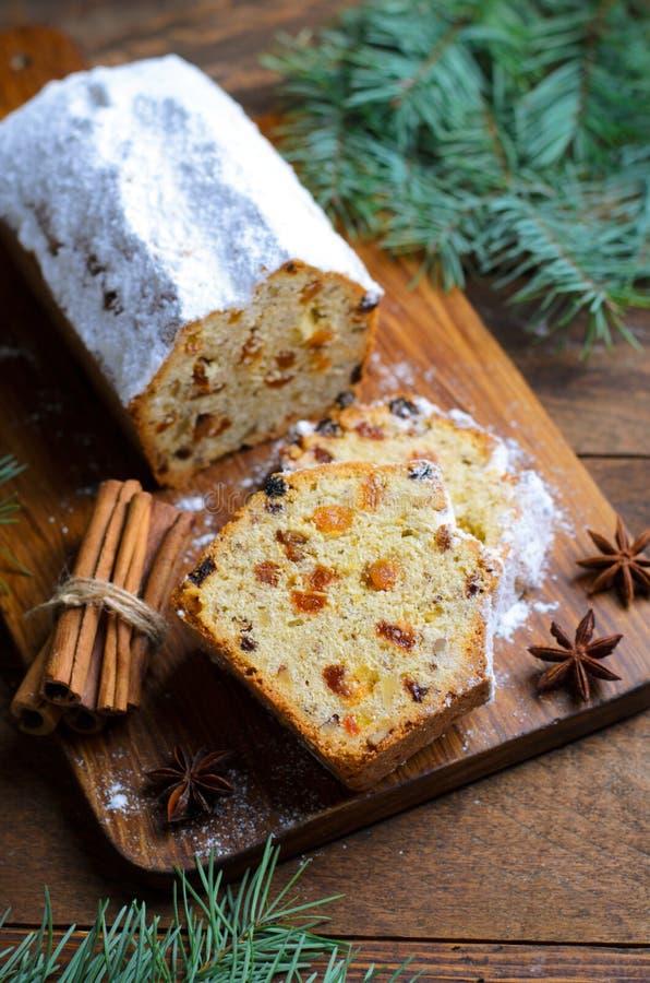Le gâteau de pain de fruit épousseté avec du sucre glace, le Noël et les vacances d'hiver traitent photo libre de droits