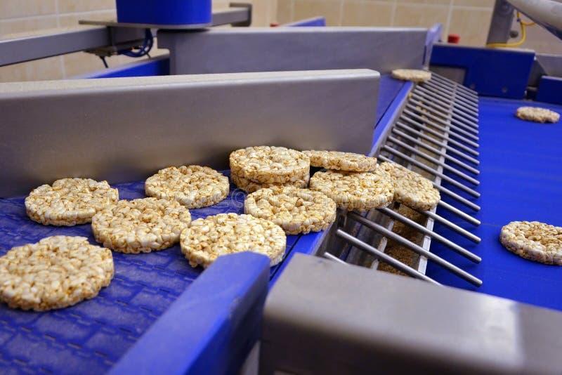 Le gâteau de riz a soufflé texture ligne automatique de convoyeur pour la production du pain croustillant entier utile d'extrudeu photographie stock libre de droits