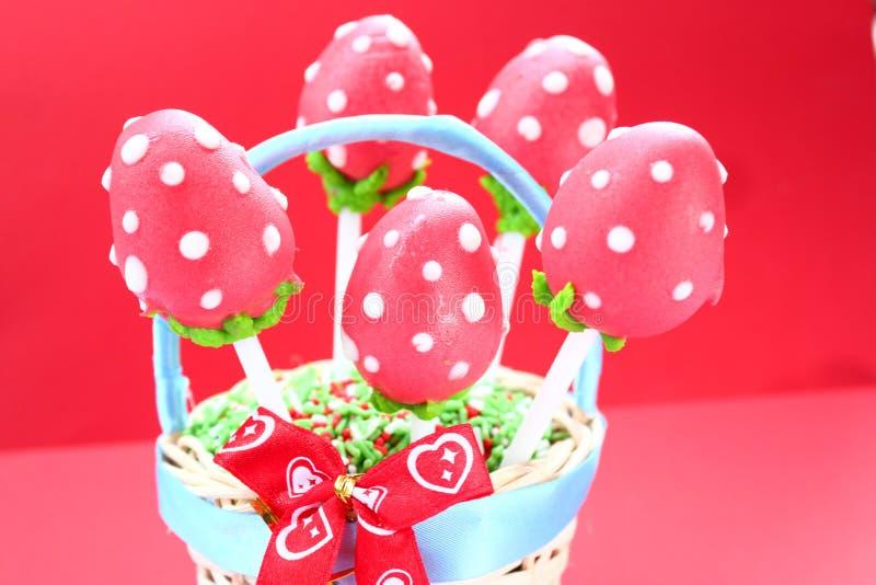 Le gâteau de Strawberryl saute sur un fond rose photo stock