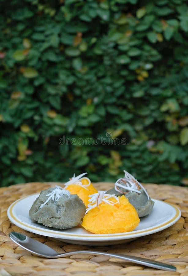 Le gâteau doux de sugarpalm avec la noix de coco éraflée, appelée Kanom Taan est photos libres de droits