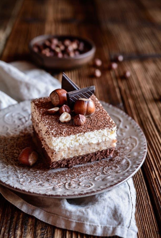 Le gâteau mousseline, chocolat, cacao, cacao, noisette, a fouetté la crème, couches, complété, décorées, poudre, confiserie, dess image stock