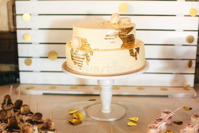 Le gâteau le plus beau et le plus délicieux Mariage, anniversaire Poule-partie photo stock