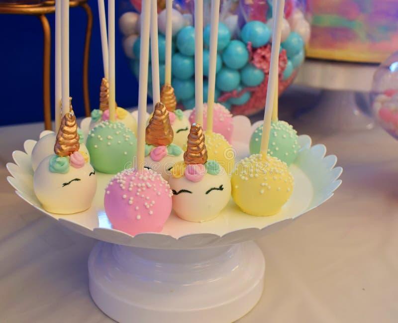 Le gâteau saute avec une partie orientée de licorne complète avec toutes sortes de festins photo libre de droits